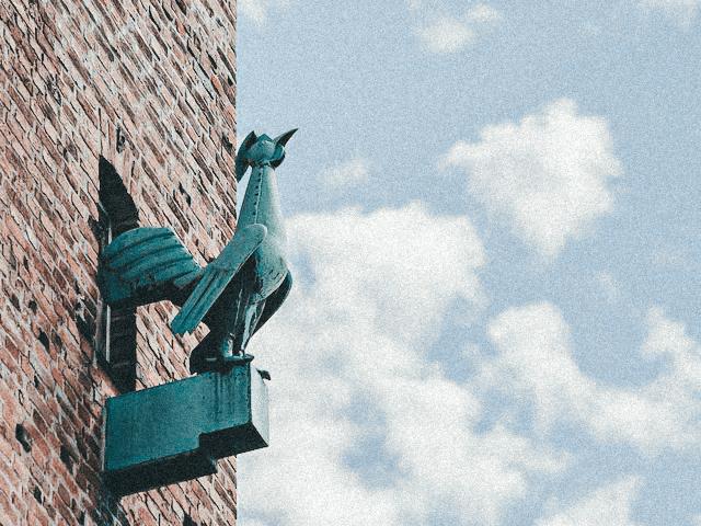 Gockel an Fassade des Augsburger Stadmarkts